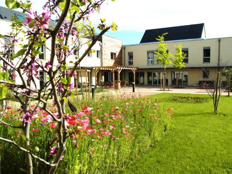 Jardin fleuri de l'EHPAD Champrouge à Mazille
