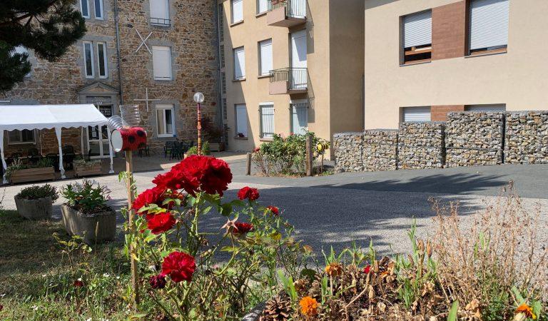 Façade extérieure fleurie EHPAD Bords de Loire Retournac