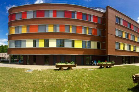 Façade colorée de l'EHPAD Le Patio à Roissy en Brie